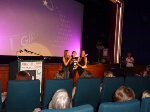 Das Bild zeigt die JUZ Besucherinnen Kim Roth, Lucy Roth und Anja Wege während der Preisverleihung.